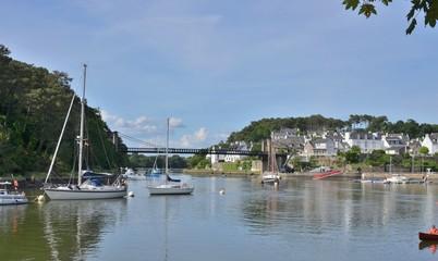 Port du Bono avec son vieux pont suspendu. Golf du Morbihan, Bretagne, France