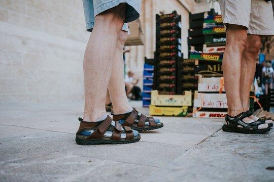 Sandalen und Socken