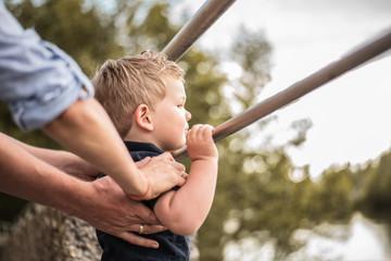 Junge steigt aufs Geländer
