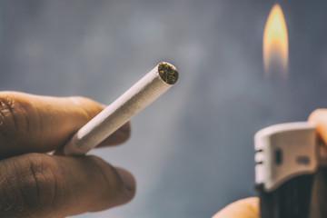 Zigarette wird mit einem Feuerzeug angemacht