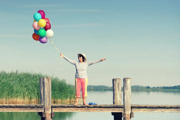 Frau genießt einen Tag am See