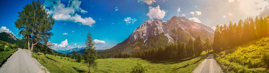 Sonnenschein in den Österreicher Alpen Perspektive Panorama