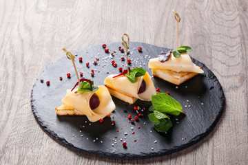 Canspe with cheese and grape