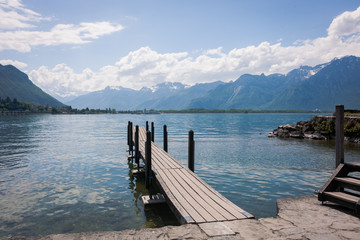 Steg am See vor Wunderschöner Berglandschaft mit Alpen im Hintergrund Blauer Himmel und Wolken