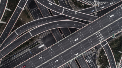 Aerial view of highway and overpass in city on a cloudy day Fotomurales