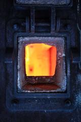 Vue sur le foyer du four de la chaudière avec la porte ouverte d'une usine chimique