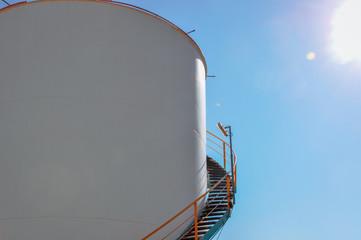 Rampe d'accès à un bac de stockage industriel d'une usine
