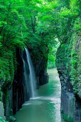 新緑の真名井の滝(宮崎県、高千穂、遠景、右前景入れ)