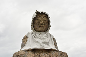 日本の田んぼの中のお地蔵さん