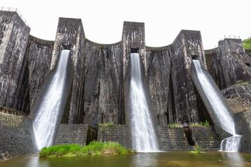 Tuinposter Dam 豊稔池堰堤(豊稔池ダム) -日本最古の石積式マルチプルアーチダム-