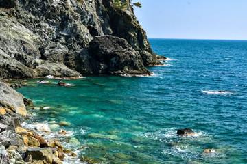meraviglioso scorcio di mare con scogliera in Liguria
