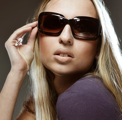 woman wearing the big modern sunglasses
