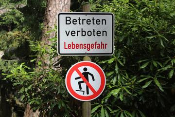"""Hier ist das Verbotsschild """"Betreten verboten - Lebensgefahr"""" zu sehen."""