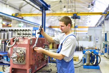 Monteur im Maschinenbau bei der Herstellung von modernen Getrieben // Mechanical engineer in the production of modern gearboxes