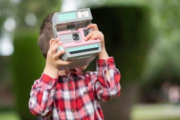 Niño tomando una foto