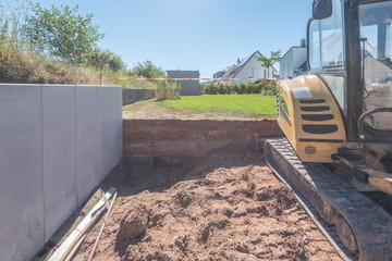 Gartenbau: Höhenunterschied mit Betonsteinen abstützen