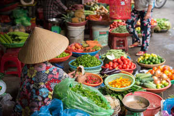 Foto op Canvas Asia land Vietnamese woman selling vegetables at market in Hoi An ベトナム・ホイアンの市場で野菜を売る女性