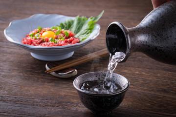 日本酒と馬肉ユッケ