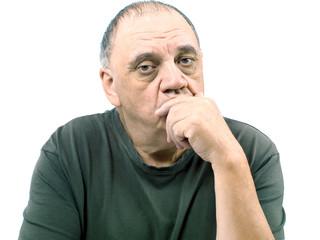 portrait homme songeur et triste isolé sur fond blanc