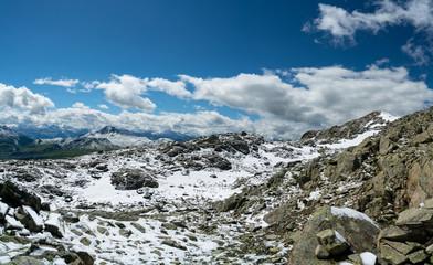 Schnee in den Bergen der Alpen