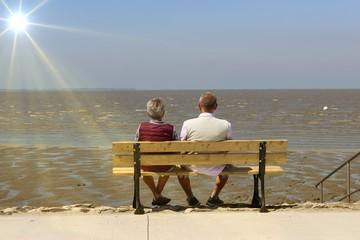Älteres Ehepaar an der Nordsee in Niedersachsen, Deutschland