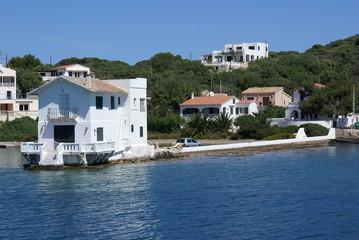 Una casa blanca la lado del mar