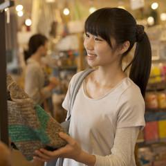 雑貨屋で買い物をする女の子