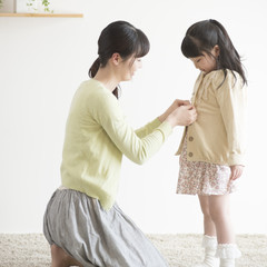 娘の着替えをする母親