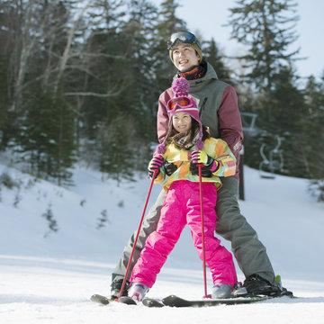 スキーの練習をする親子