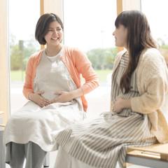 待合室で談笑をする妊婦