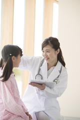 女の子と話をする女医
