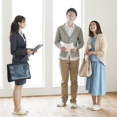 部屋の内見をする夫婦とビジネスウーマン