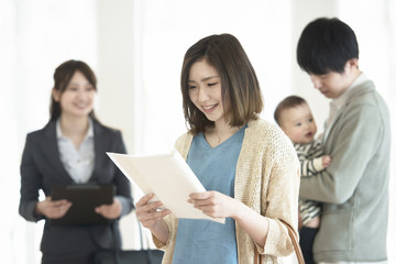 部屋の内見をする家族とビジネスウーマン