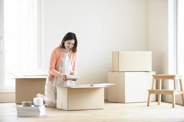 引越しの荷物の整理をする女性