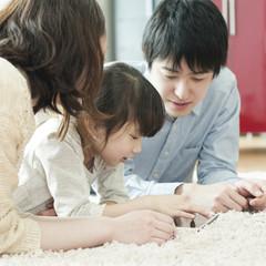 タブレットPCを見る家族