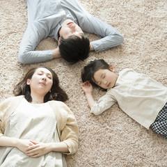 カーペットの上で眠る家族