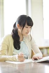 図書館で勉強をする大学生