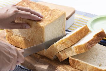食パンを切る手元