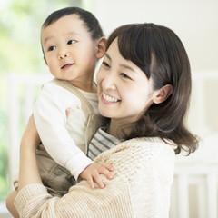 子供を抱きしめ微笑む母親