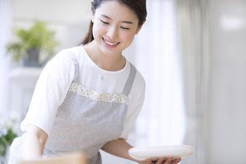 お皿を持つ女性