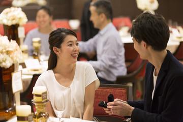 婚約指輪を見て喜ぶ女性