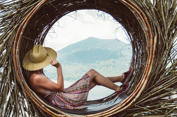 Photo sur Plexiglas Marron chocolat Traveller young woman sitting looking the mountain landscape at world trip