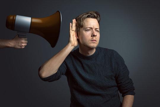 Mann ist schwerhörig