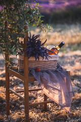 Pique-Nique au Sunset dans un champs de Lavande à Valensole, Provence, avec du Vin Rosé