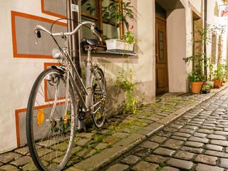 Altes Fahrrad in einer Gasse