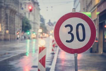 Schild Geschwindigkeitsbegrenzung 30 in Innenstadt, Baustelle