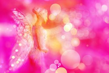 Engel entsendet aus seinem Herzen Licht in energievolle magentafarbene Sphäre