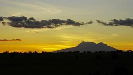 Staande foto Heuvel sunset over kenyan sananna