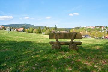 Bank an einem Wanderweg im Ort Braunlage im Nationalpark Harz