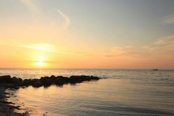 malerischer Sonnenuntergang am Meer, Konzept Seebestattung